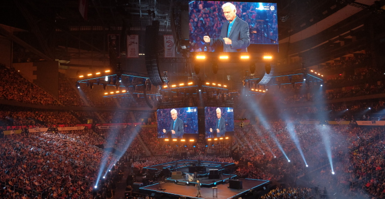 photo of ravi zacharias preaching at passion conference